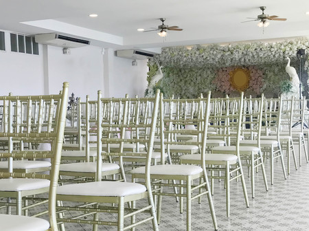Row of white chairs in wedding ceremony, side view Stock fotó - 108478498