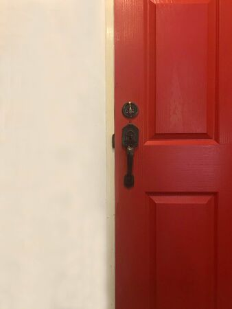 Red close wooden door and white cement wall 版權商用圖片