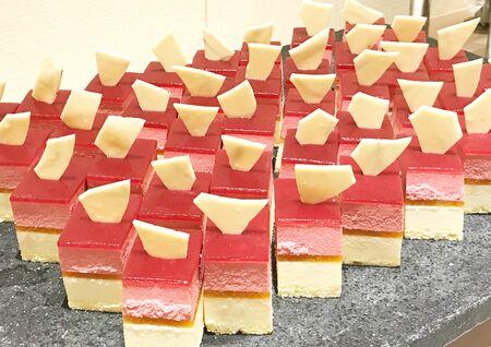 Fresh baked square sliced berry cheese cake 版權商用圖片