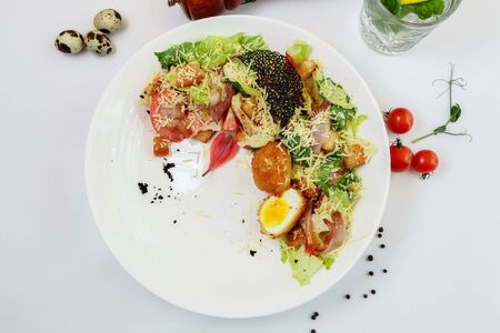 Fresh caesar salad with chicken breast and tomatoes. Foto de archivo