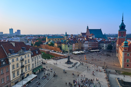 Warsaw, Poland - August 11, 2017: Beautiful aerial panoramic view of Plac Zamkowy square in Warsaw, with historic building, including Sigismund III Vasa Column, and people at summer sunset, Warsaw, Poland. Krakowskie Przedmiescie is one of the best known  Редакционное