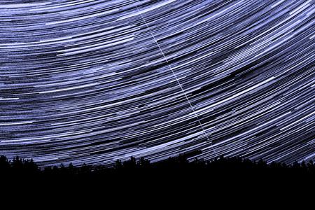 Wunderbarer schöner Nachthimmel-Sternweg über den Fluss und den Wald in der transparenten Aprilnacht