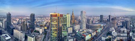"""Schöne Panorama-Luftdrohnenansicht auf das Panorama-Stadtbild der modernen Stadt Warschau, PKiN und Bürohochhaus """"Rondo 1"""" in Rondo ONZ Standard-Bild"""