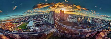 Schöne Panorama-Luftdrohnenansicht zum ?Betreten der modernen Warschauer Stadt mit Silhouetten von Wolkenkratzern in den Strahlen der untergehenden Wintersonne im Januar - erstaunlicher Sonnenuntergang, Polen? Standard-Bild