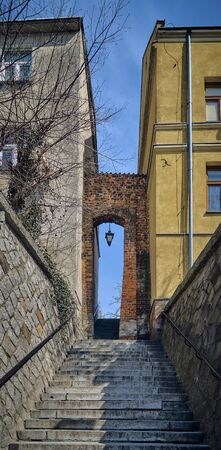 View to the The Dominican Gate, also called the Needle Eye (PL: Ucho Igielne), is the last existing gate in Sandomierzs defensive flies. located in the center of Sandomierzs old town, Poland, PL Imagens