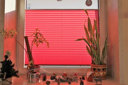 Window with red pleating (interior shot) Standard-Bild