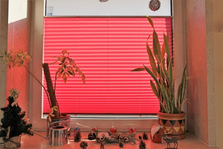 Window with red pleating (interior shot) Archivio Fotografico