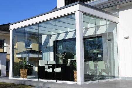 Wohnhaus mit Wintergarten, Außenaufnahme Standard-Bild - 69607809