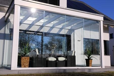 Wohnhaus mit Wintergarten, Außenaufnahme Standard-Bild - 69607810