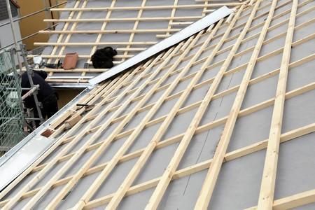 Nuova costruzione del tetto in una casa residenziale