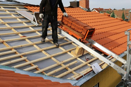 New roof construction on a residential home Zdjęcie Seryjne - 71517428