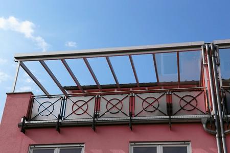 Balkon luifel in een woonhuis Stockfoto