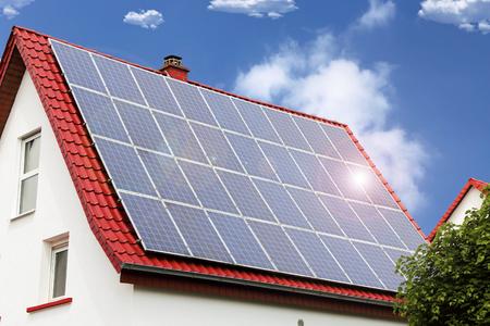 Dach z panelami słonecznymi Zdjęcie Seryjne