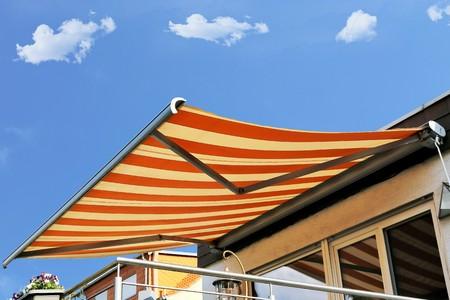 Nueva terraza toldo Foto de archivo - 77760176