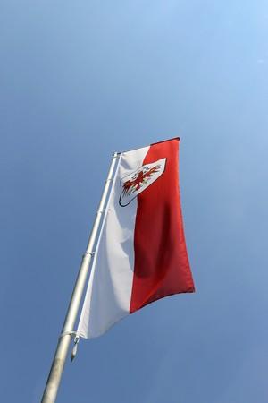 Sterreichische Fahne im Wind mit klarem Himmel im Hintergrund winken Standard-Bild - 82164332