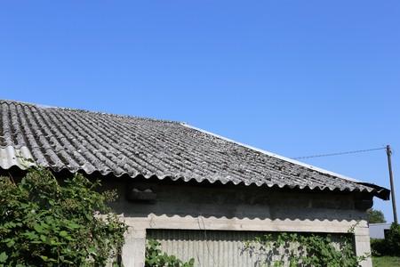석면 지붕이있는 오래된 건물 스톡 콘텐츠