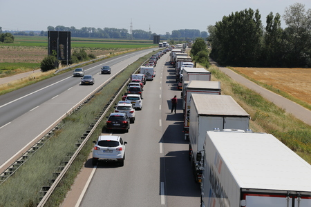 Traffic jam with rescue lane on german motorway (071917, A 61 near Speyer, Rhineland-Palatinate) Sajtókép