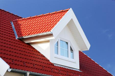 Rood pannendak met dakkapel Stockfoto