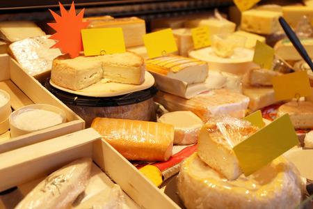 多種多様なチーズ売り場 写真素材