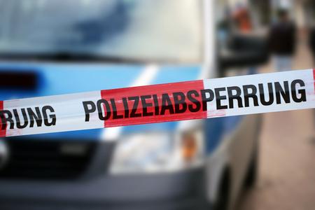 パトカーを背景にした警察のコルドンテープ(ドイツ)