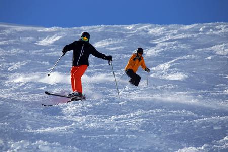 사면을 타는 스키어