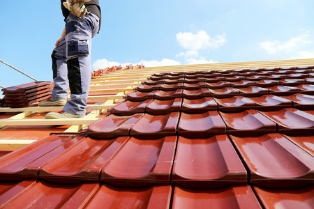 Tiling a roof Stockfoto