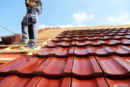Tiling a roof Zdjęcie Seryjne