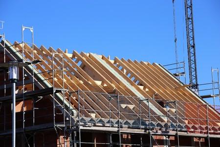 Carpenters working on a roof Foto de archivo