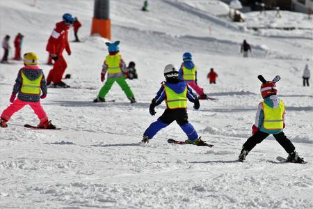Les enfants dans le parcours de ski Banque d'images - 96393128