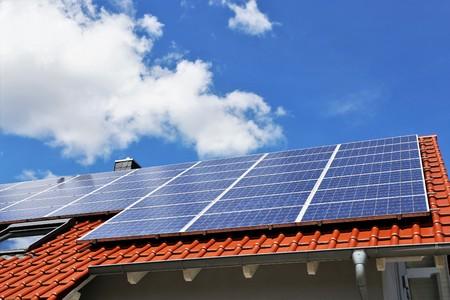 Fotovoltaica: techo con paneles solares. Foto de archivo - 99827474