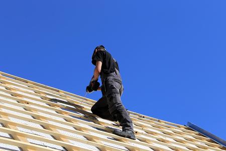 Carpenters working on a roof Zdjęcie Seryjne