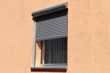Fenêtre avec porche à volet roulant, vue extérieure