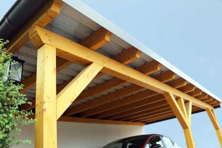 Posto auto coperto in legno di alta qualità