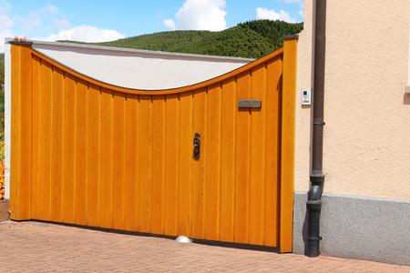 Modern high-quality wooden yard gate Standard-Bild