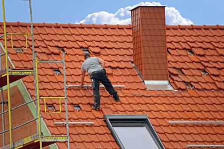 Tiling a roof Фото со стока