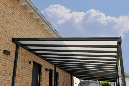 Courtyard canopy with glass Фото со стока - 107552138