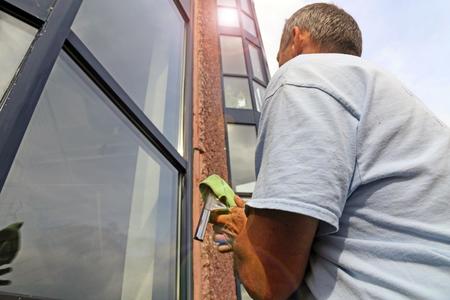 Glasreiniging met een hefplatform