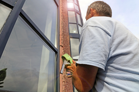 Glass cleaning with a lifting platform