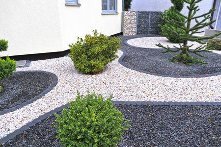 Nowoczesny frontowy ogród z ozdobnym żwirkiem