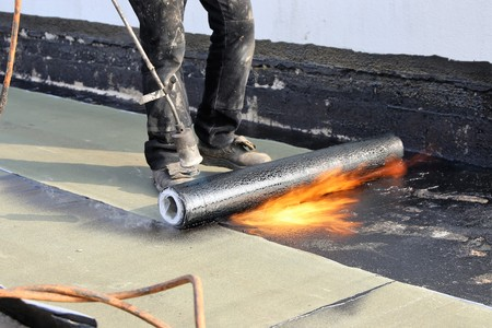 Waterproofing flat roof with bitumen sealing membranes Stockfoto