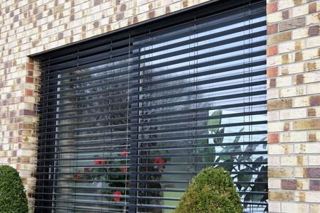 Fenster mit modernem Vorhang, Außenschuß Standard-Bild