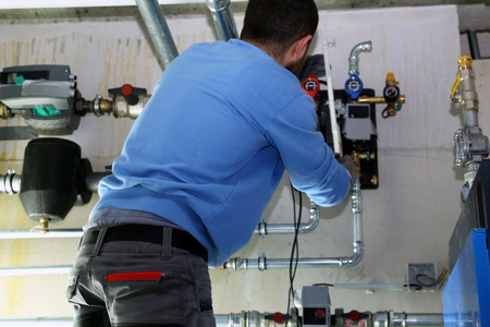 Installing a heating system with alternative energy Stockfoto