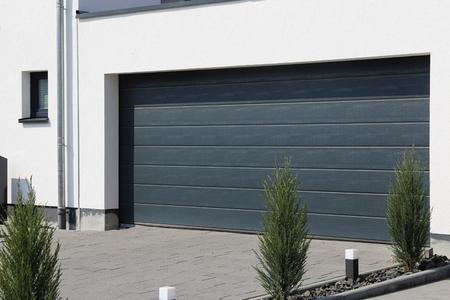 Puerta de garaje nueva y moderna (puerta seccional) Foto de archivo