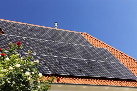 Dak met zonnepanelen (fotovoltaïek) Stockfoto