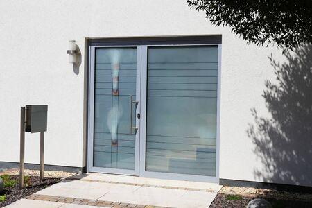 Nowoczesne nowe pełne przeszklone drzwi wejściowe Zdjęcie Seryjne