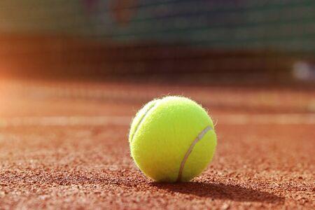 Kort tenisowy z piłką i siatką, zbliżenie