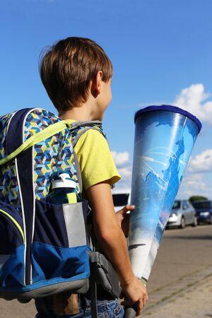 Junge auf dem Weg zu seinem ersten Schultag