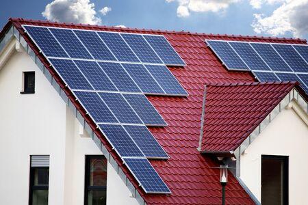 Dach mit Sonnenkollektoren (Photovoltaik)