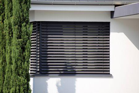 Fenêtre avec aveugle moderne, tir extérieur