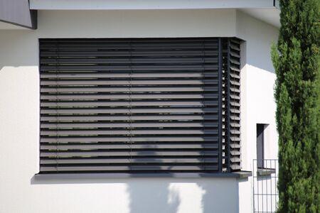 Fenster mit modernem Vorhang, Außenschuß
